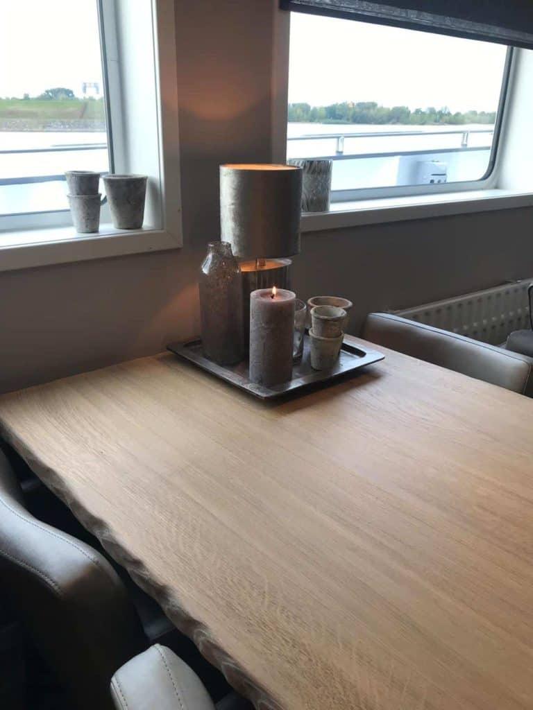 eettafel bij raam