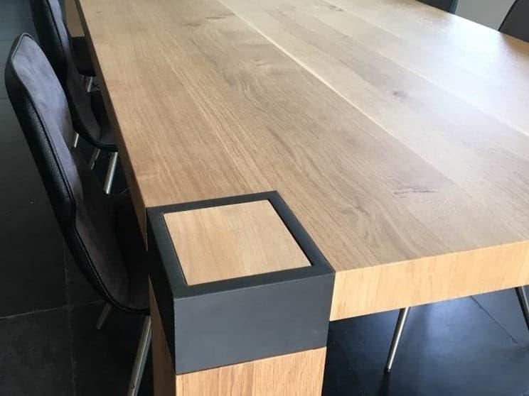 Eiken tafel met stalen ombouw door de poot